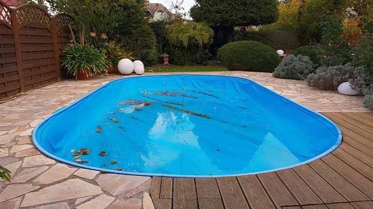 Ausgelassener Pool im Winter - © GettyImages