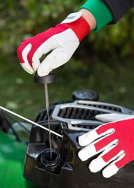 Kontrolle des Ölstandes bei einem Rasenmäher