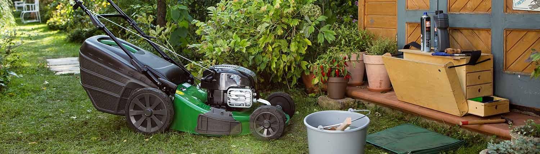 OKAY Rasenmäher im Garten
