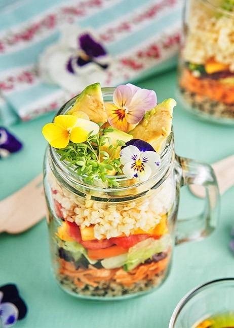 Essbare Blüten im Glas © GettyImages